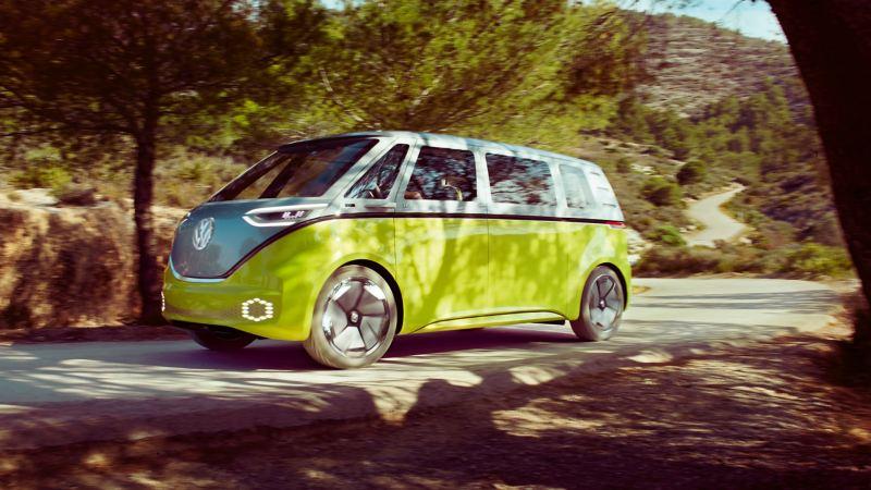 Der VW ID. BUZZ fährt auf einer ländlichen Straße – Volkswagen Elektromobilität