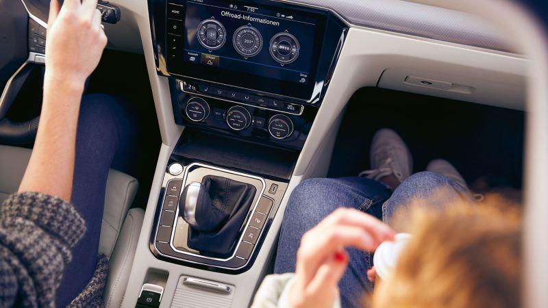 Volkswagen vue de l'intérieur avec un gros plan sur les boutons du tabelau de bord