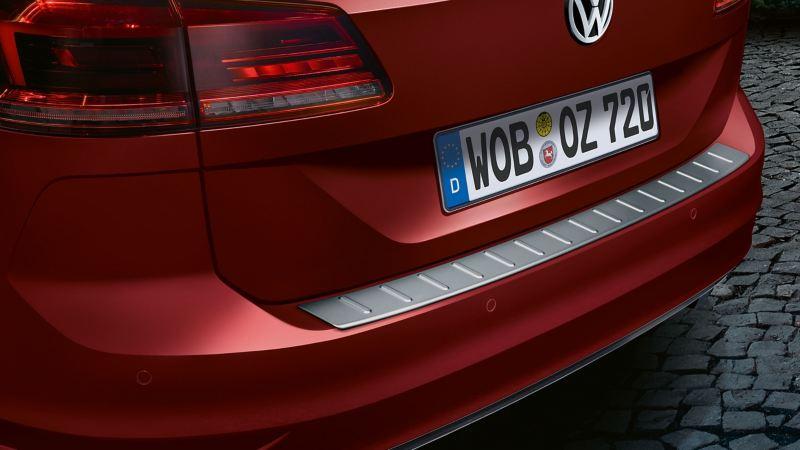 Một chiếc VW màu đỏ với phụ kiện Volkswagen nẹp chống trầy cốp sau để bảo vệ chiếc xe