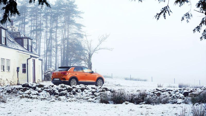 Une Volkswagen équipée de roues complètes hiver