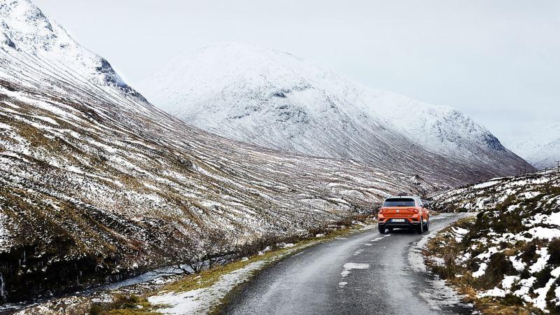 VW T-Roc percorre strada innevata