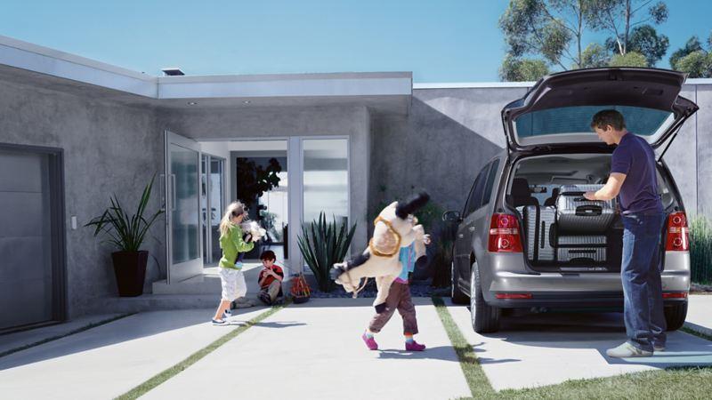 Famiglia attorno alla propria Volkswagen