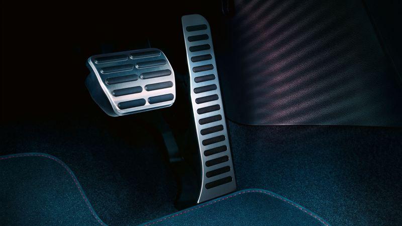 Chi tiết chỗ để chân của chiếc xe với bộ đệm chân phanh, chân ga phong cách – Phụ kiện Volkswagen