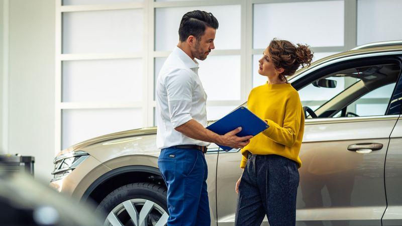Une cliente Volkswagen et un Réparateur Agréé échangent sur un devis