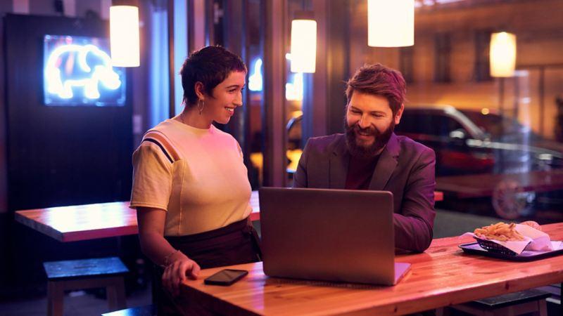 Frau und Mann vor einem Laptop.