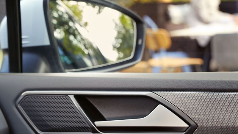 """Detailed view of a cleaned interior and purified exterior mirror of a VW car – thanks to the Volkswagen """"Spring"""" care set"""