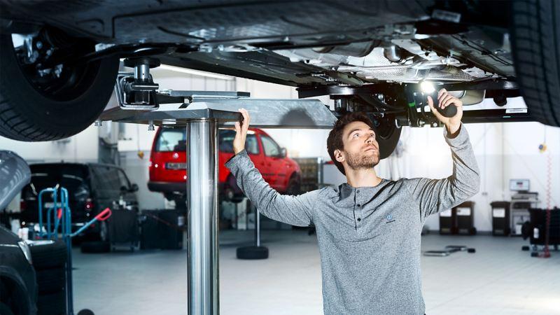 福斯商旅原廠技師在服務廠維修 召回專案