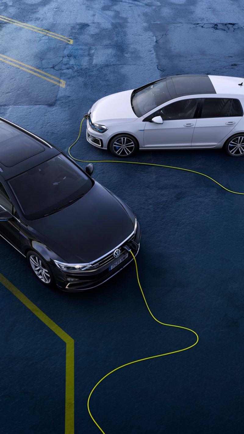 Golf GTE y Passat Variant GTE conectados a la carga eléctrica vistos desde arriba