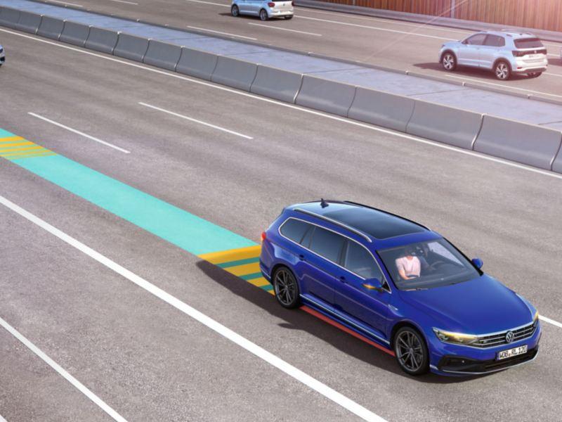 Passat Alltrack circulando por una autopista con una representación del sistema de control de crucero adaptativo