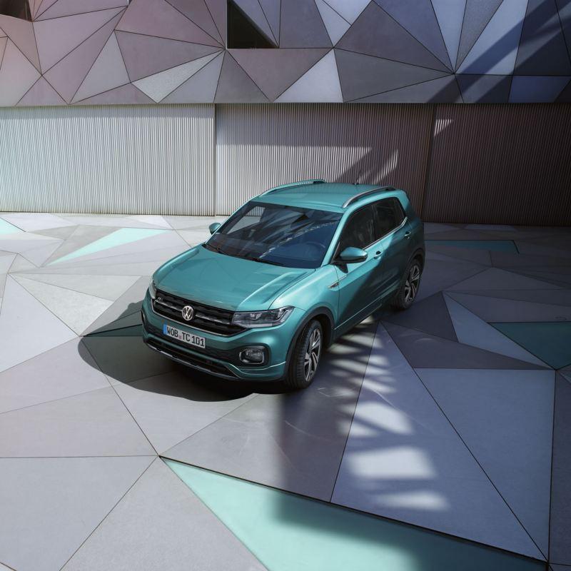 T-Cross azul turquesa aparcado en un suelo con mosaico