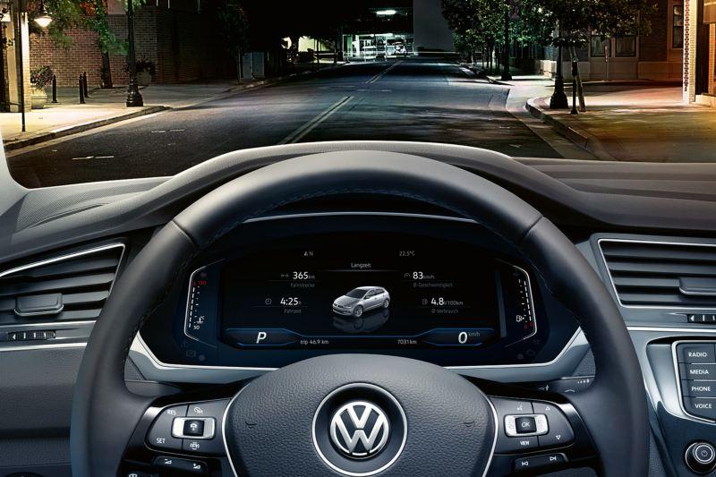 Detalle del volante y el Digital Cockpit de un Volkswagen Tiguan de noche en la ciudad