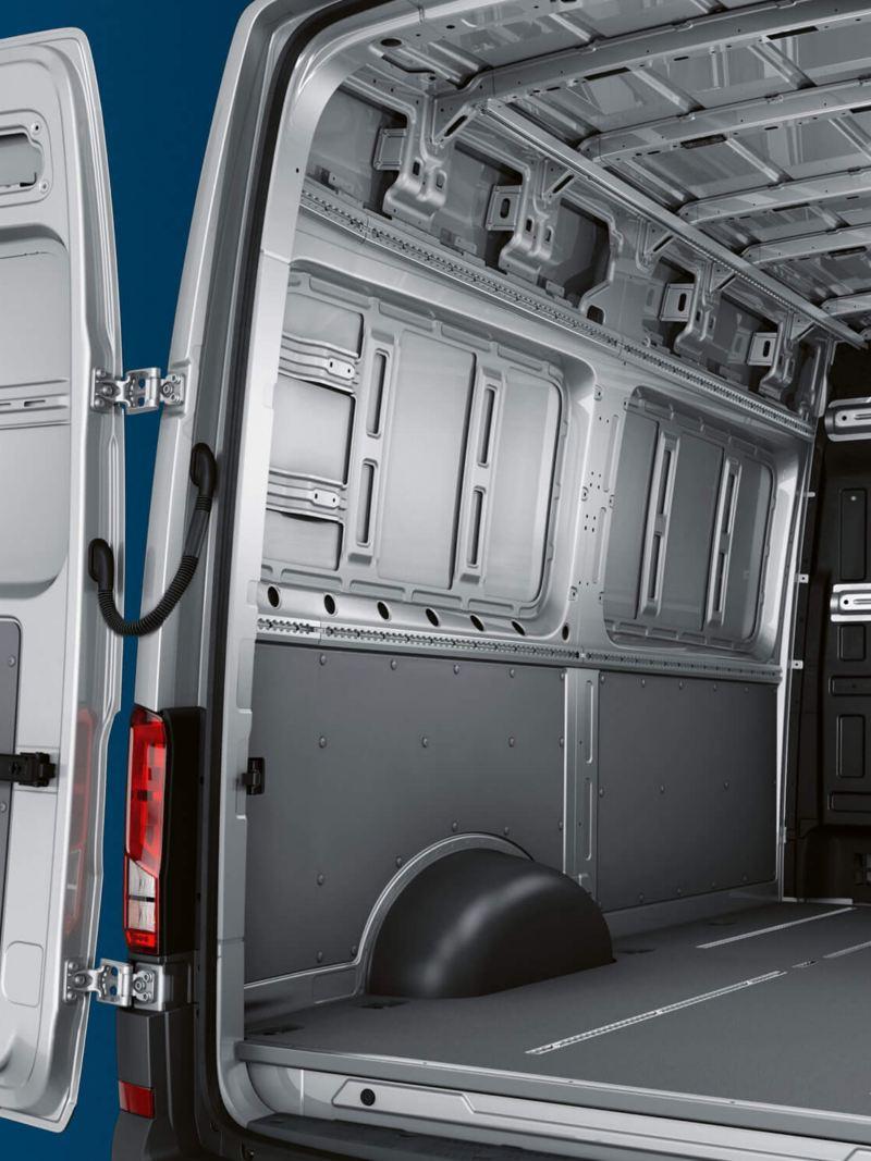 De e-Crafter van schuin achter. Door de open achtervleugeldeuren zie je in het ruim. De laadruimte van de e-Crafter zorg voor probleemloos laden.
