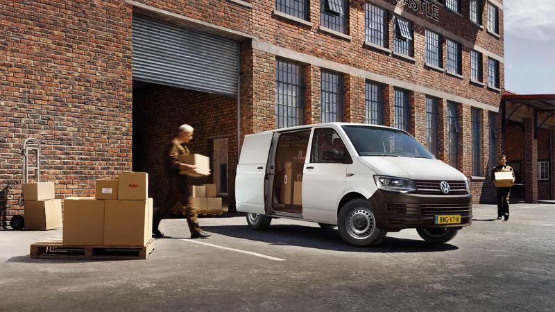 Pakketbezorger laad een Transporter in