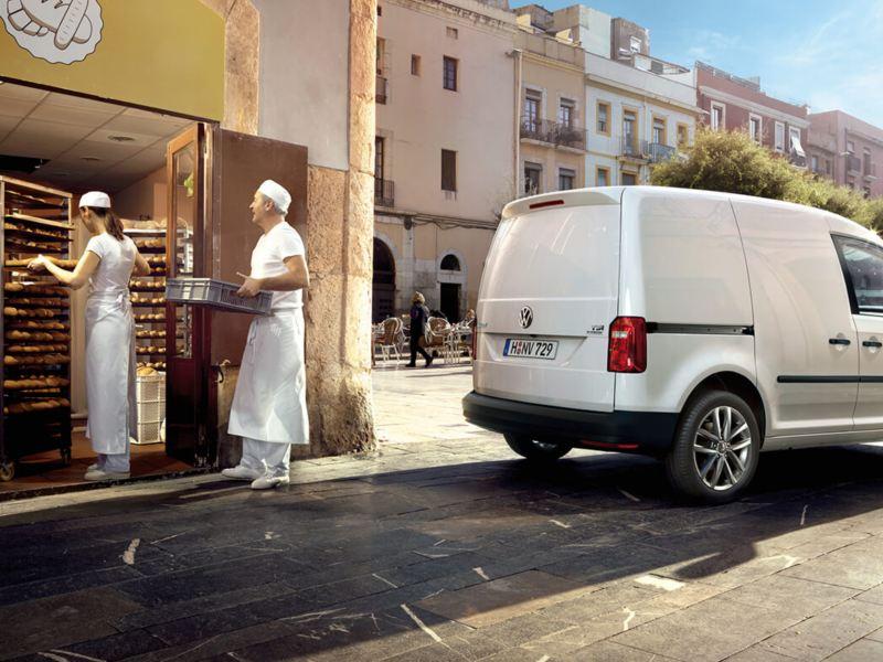 Bakkers in een bakkerij met een Volkswagen Caddy
