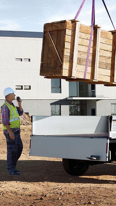 Belading van Transporter Pick-up met hijskraan in de bouw