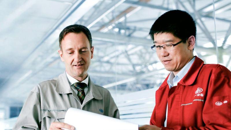 Zwei Kollegen schauen auf ein Dokument