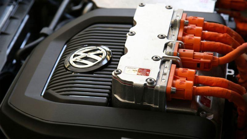 Eine Reihe Stecker auf einem elektronischen Gerät mit Volkswagen Logo