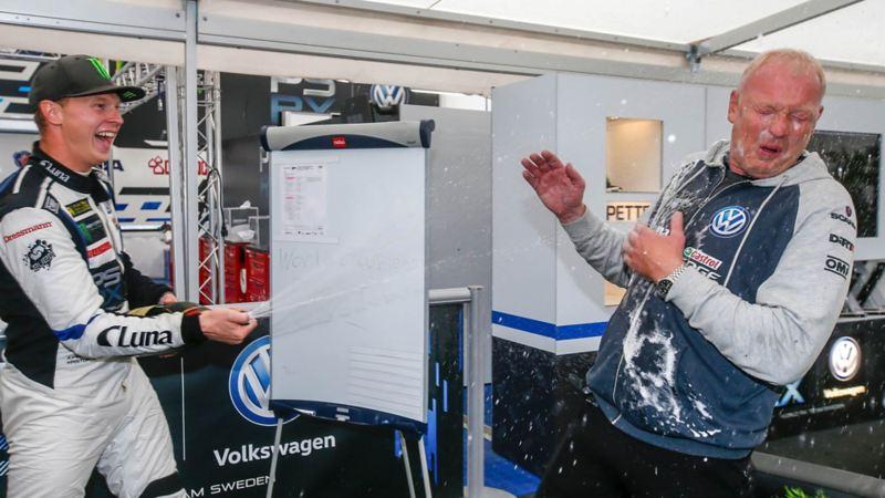 Johan Kristoffersson sprutar champagne