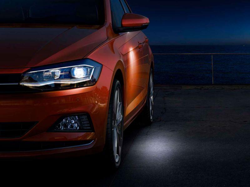 Iluminación de entorno de un Volkswagen Polo aparcado en la noche