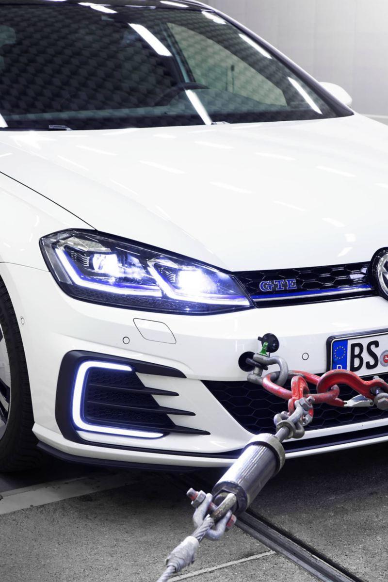 Chế độ xem chi tiết mặt trước của một chiếc Volkswagen trên một máy đo lực trong phòng chống ồn bên ngoài