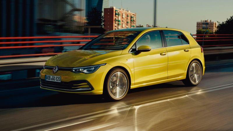 Volkswagen Golf 8 amarillo circulando por la ciudad