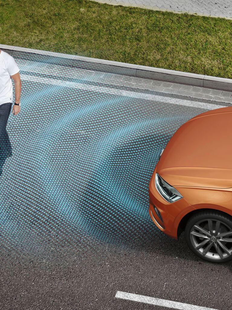 Gráfica del detector de peatones de un Volkswagen Polo naranja