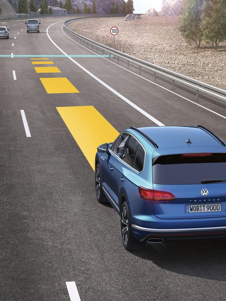 Volkswagen Touareg circulando por autopista con una representación del control de crucero adaptativo