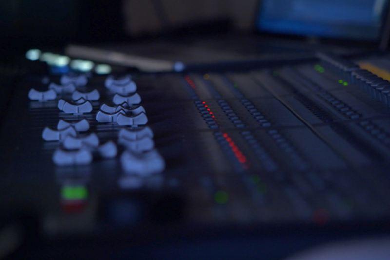 Table de mixage avec régulateurs