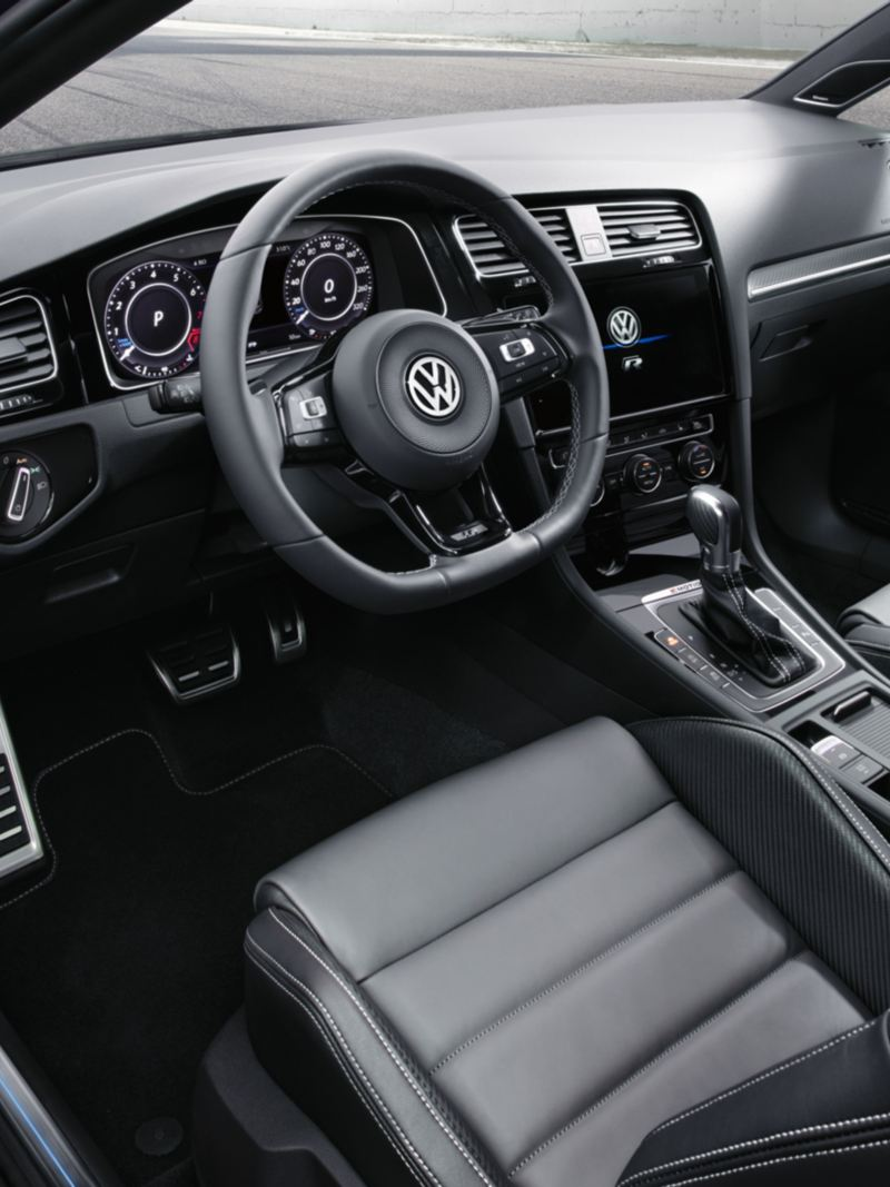 interni vista sul cockpit e sui sedili sportivi in pelle di VW Golf R