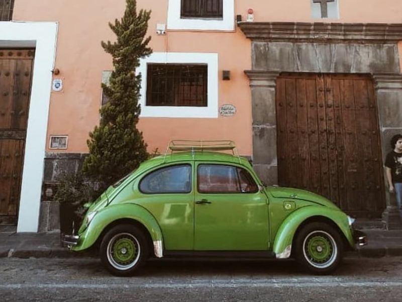 Vocho Type 1, el primer auto de Volkswagen en color verde estacionado afuera de casa