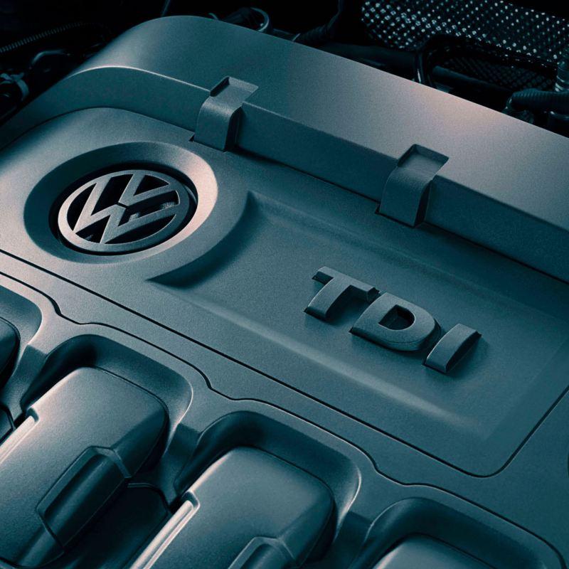 Motor TDI de un Volkswagen visto desde arriba con reflejos de luz