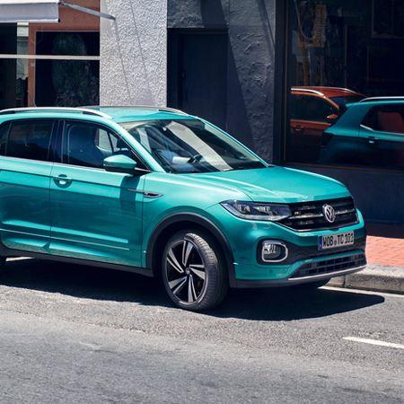 T-Cross azul turquesa en una plaza de aparcamiento junto a la acera
