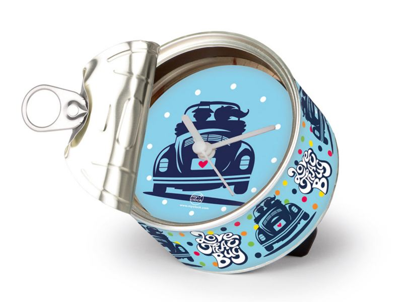 Reloj de lata con fondo azul disponible en VW Collection