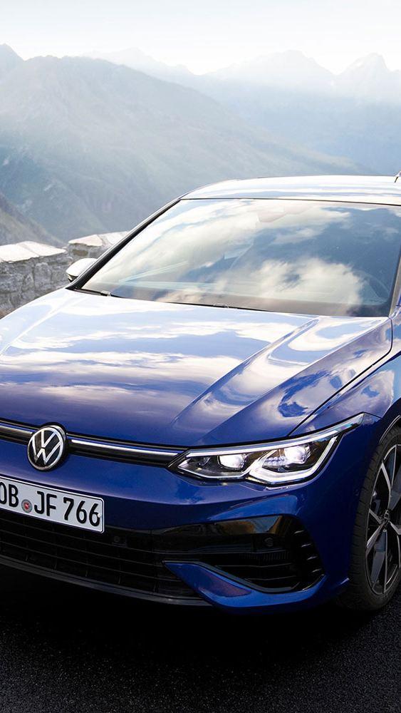 VW Volkswagen Golf R racingbil sett forfra i fjellet