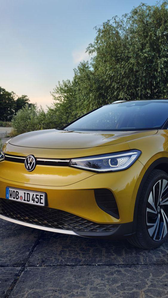 VW Volkswagen ID4 1ST sett forfra, en kvinne står i dør åpningen