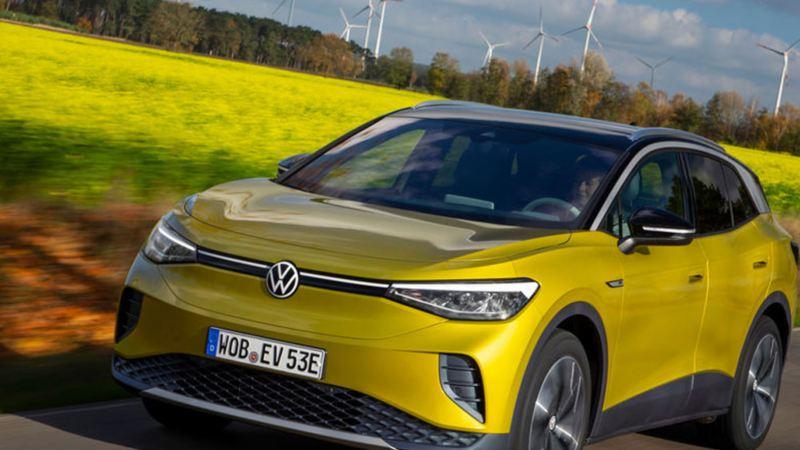 VW Volkswagen ID.4 elbil SUV sett forfra på en landevei
