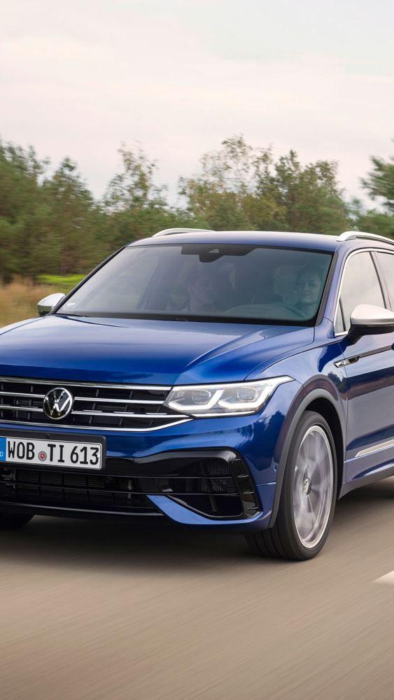 VW Volkswagen Tiguan R SUV sett skrått forfra på en vei