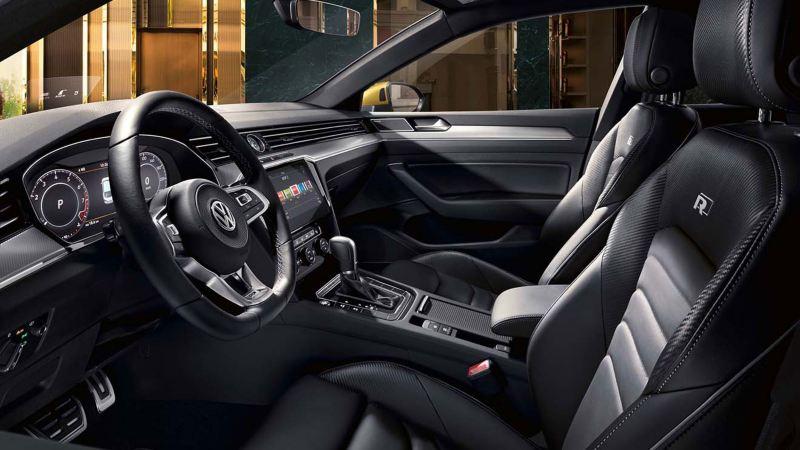 Vista interior del puesto de conducción del Volkswagen Arteon