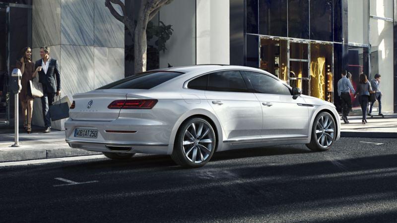 Volkswagen Arteon blanco circulando por la ciudad