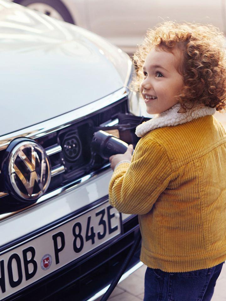 niña cargando volkswagen e-golf