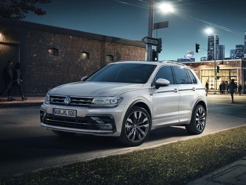 Volkswagen Tiguan blanco con R-Line aparcado en la ciudad de noche