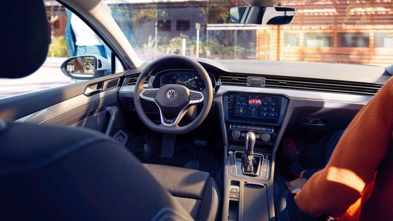 Puesto de conducción del Passat, vista del volante y el salpicadero