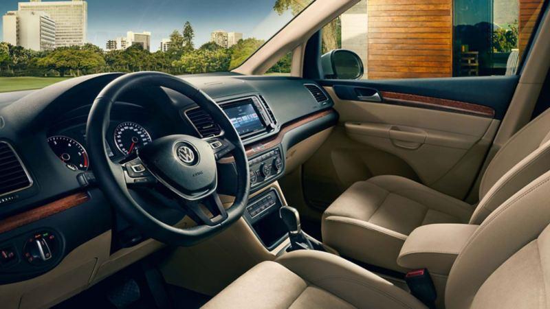 Puesto de conducción del Volkswagen Sharan, vista del volante y los mandos