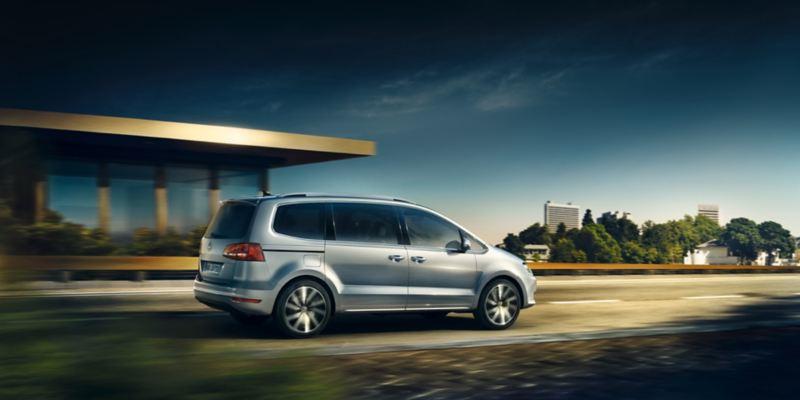 Volkswagen Sharan plata circulando en la ciudad