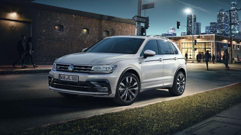 Volkswagen Tiguan blanco aparcado en la ciudad de noche