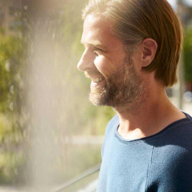 elbilfordeler 2020 elvarebilfordeler støtteordning tilskudd enova insentiver ved kjøpe el varebil blond mann med skjegg ser ut av vindu med vannspreder i bakgrunn