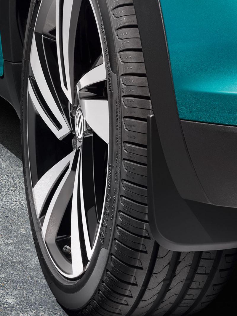 Dettaglio cerchio e paraspruzzi Volkswagen T-Roc turchese