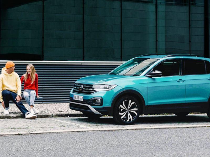 Un uomo alla guida di un veicolo.