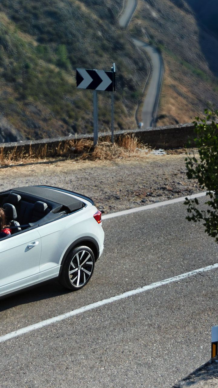 A woman drives in a VW Cabriolet – mobility with no stress