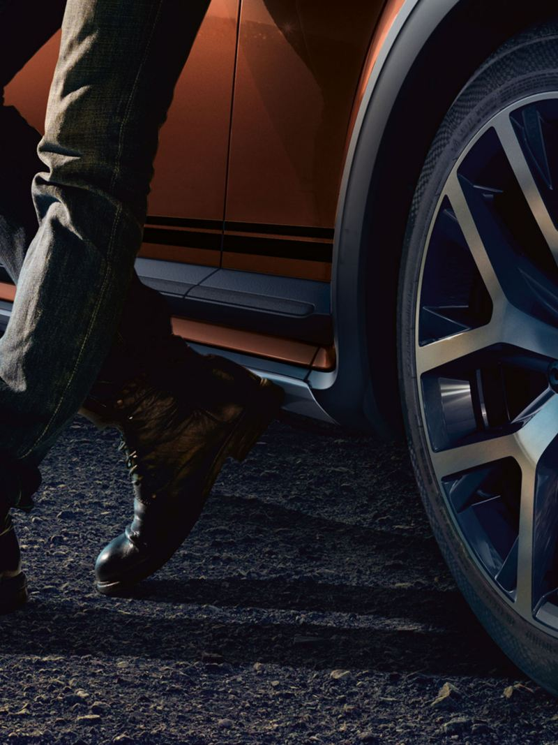 Someone is leaning on a Volkswagen car – VW rims, tyres and wheels